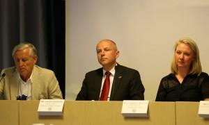 Generalmajor Karlis Nerietniks, Jacek Sladewski, Chargé d'affairs på polska ambassaden, och Gabriella Wilow, ordförande på SAKU.